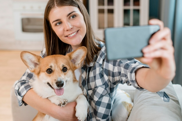 Femme prenant selfie avec son chien