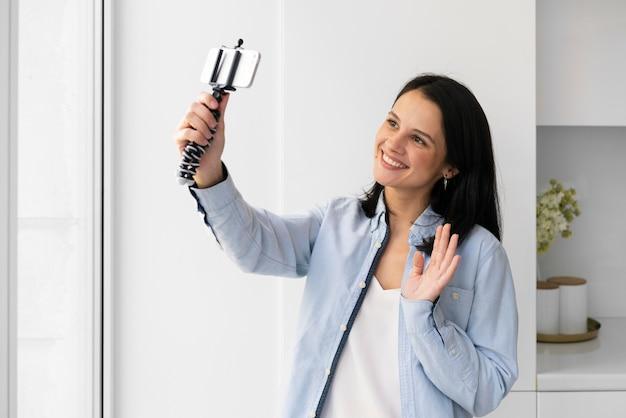 Femme prenant un selfie avec son téléphone