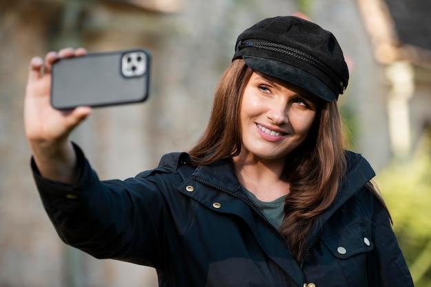 Femme prenant un selfie en voyageant