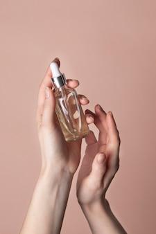 Femme prenant soin de ses ongles