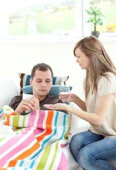 Femme prenant soin de son mari