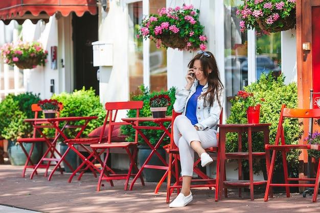 Femme prenant son petit déjeuner dans un restaurant en plein air