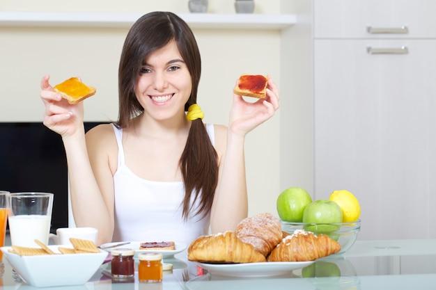 Femme prend un petit-déjeuner à la maison