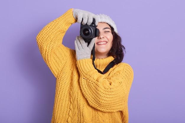 Femme prend des photos