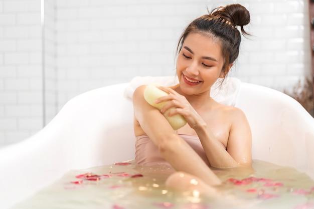 Femme, prendre douche, à, bulle mousse, spa, dans, baignoire