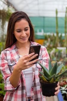 Femme, prendre, image, plante, téléphone, serre