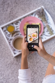 Femme, prendre, photo, petit déjeuner