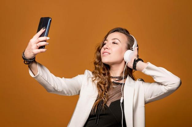 Femme, prendre, selfie, écouteurs