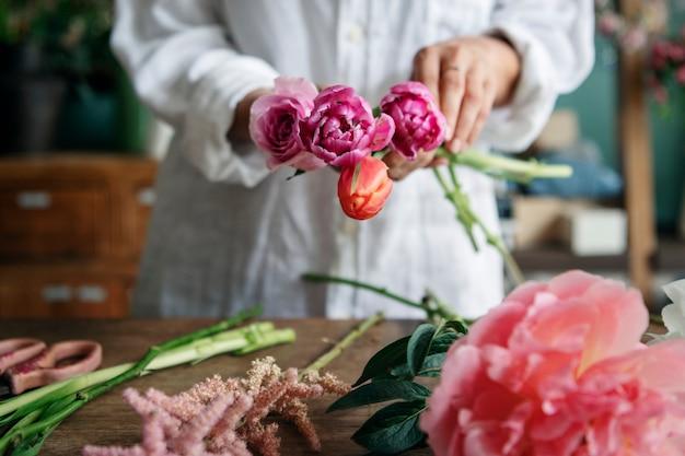 Femme préparant et arrangeant des fleurs