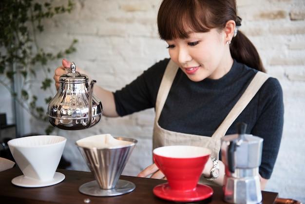 Femme préparant une boisson pour un client