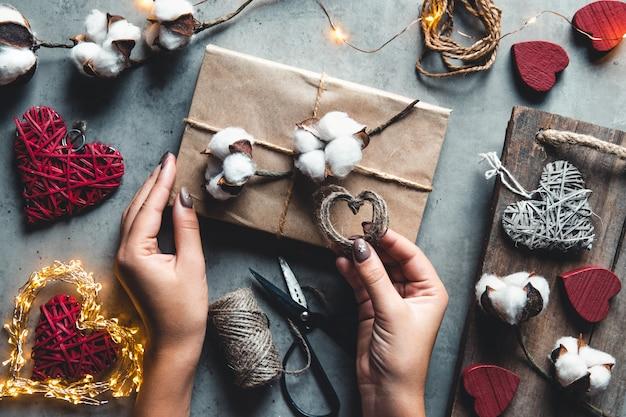 Femme préparant un cadeau pour l'emballage pour la saint-valentin
