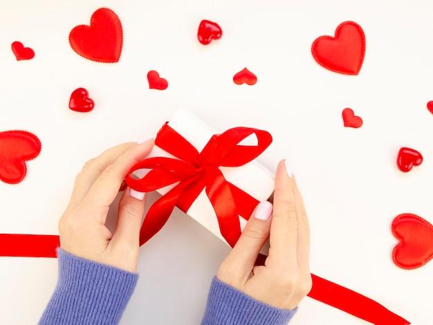 Femme préparant un cadeau pour la saint-valentin