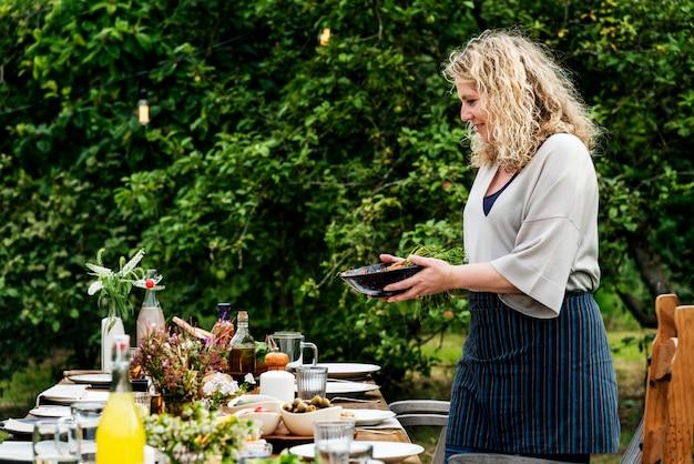 Femme préparant le concept de dîner de table