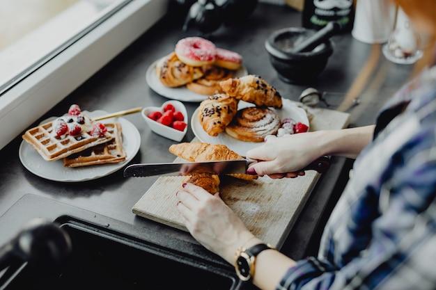 Femme préparant un dessert dans une cuisine