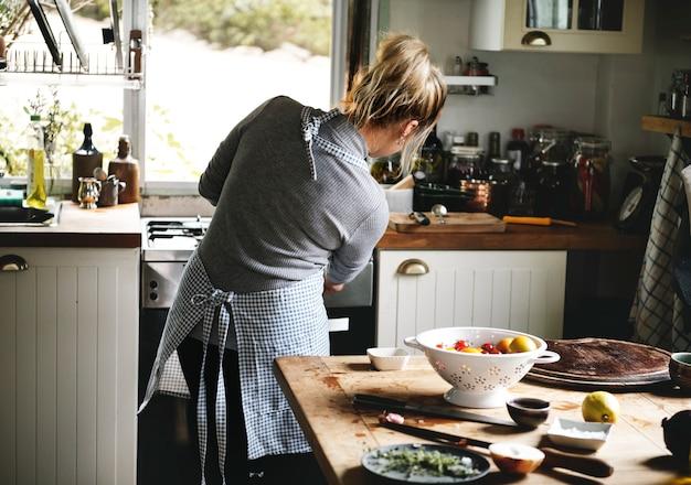 Femme préparant le dîner dans la cuisine