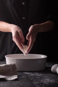 Femme préparant un gâteau d'anniversaire