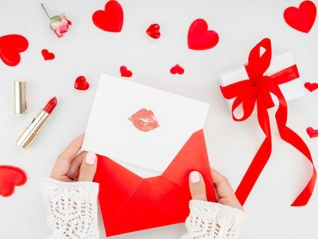 Femme préparant une lettre avec une marque de rouge à lèvres