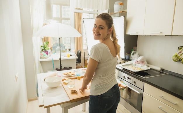 Femme préparant la nourriture pour le blog culinaire. équipement de photographie sur la cuisine