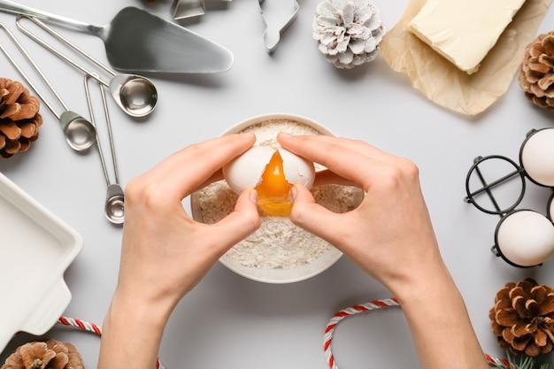Femme préparant la pâte sur fond clair