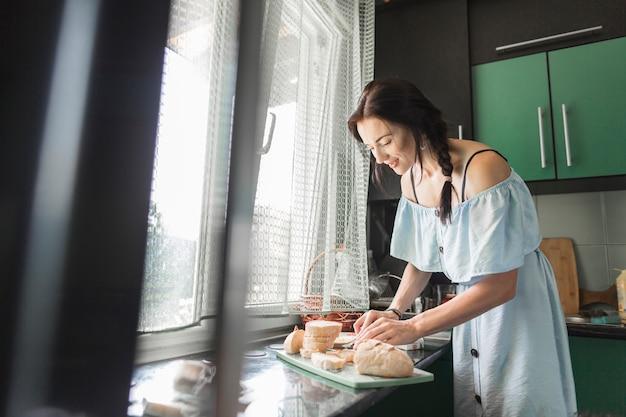Femme préparant le petit déjeuner dans la cuisine