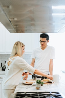 Femme préparant un petit-déjeuner végétalien