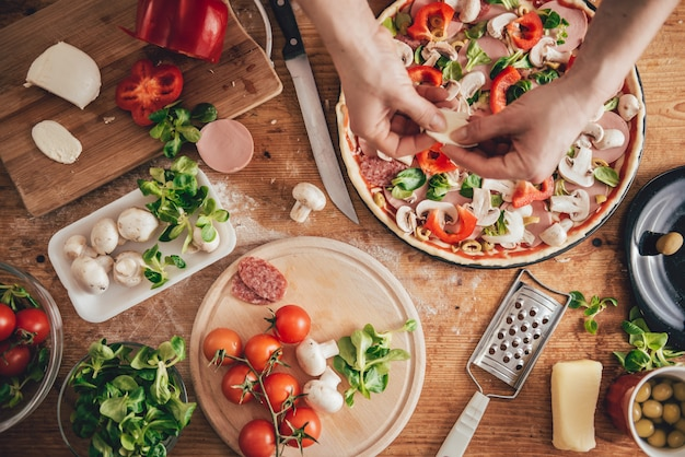 Femme préparant une pizza