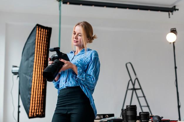 Femme préparant le studio pour un tournage