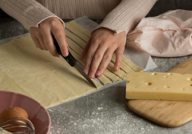 Femme préparant des tequenos traditionnels