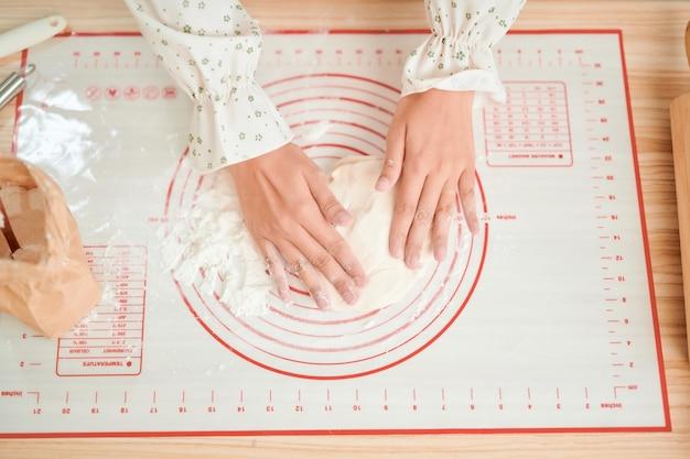 La femme prépare un gâteau pour la cuisson. photo style instagram lumineux et filtré.