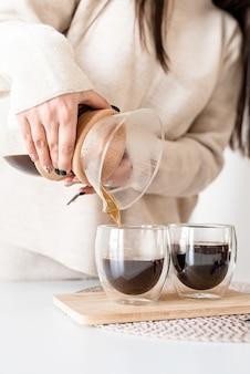 Femme, préparer, café, dans, cafetière, verser, café, verre