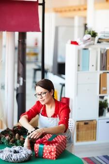 Femme, préparer, décoration noël, et, cadeaux