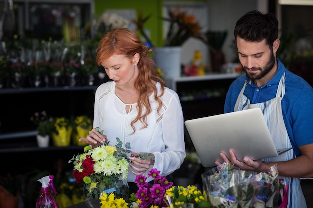 Femme, préparer, fleur, bouquet, quoique, homme, utilisation, ordinateur portable