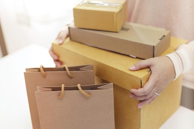 Femme, préparer, paquet, livraison