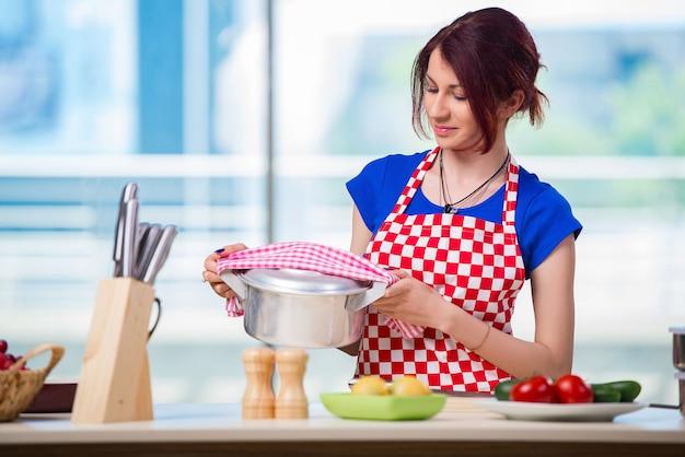 Femme, préparer, soupe, dans cuisine