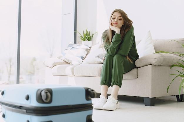 Femme, préparer, voyage, valise, maison