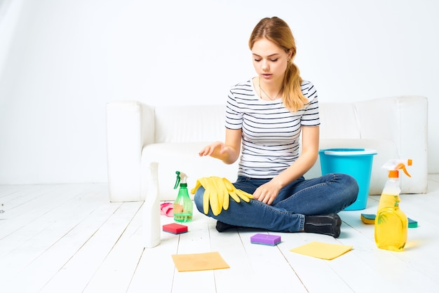 Femme près du fond clair de nettoyage de pièce de sofa