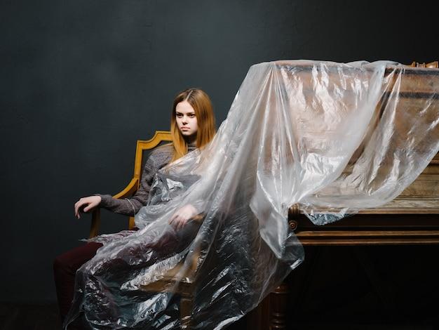 Femme près du piano posant la musique de mode