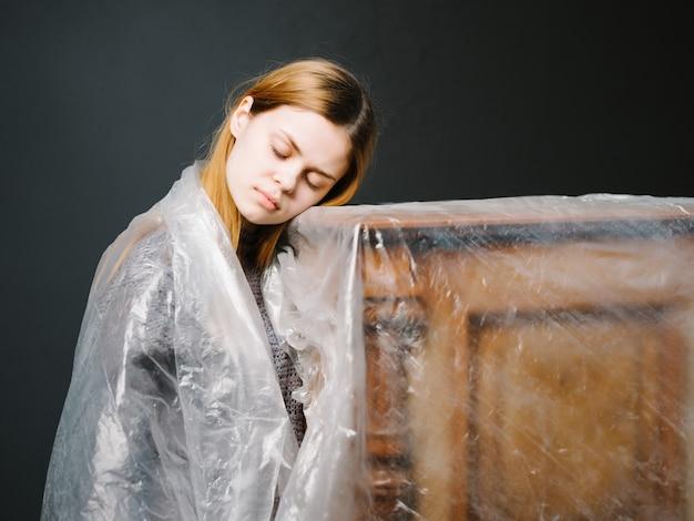 Femme près du studio d'instruments de musique transparents piano