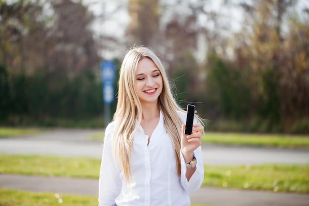 Femme présente un nouveau produit technologique