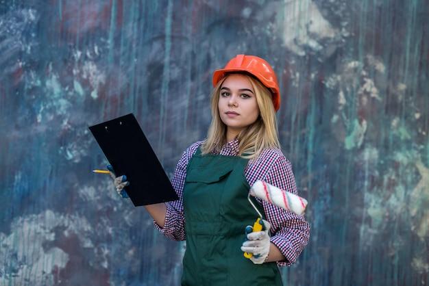 Femme avec presse-papiers en uniforme prendre réparation dans sa maison. concept de rénovation