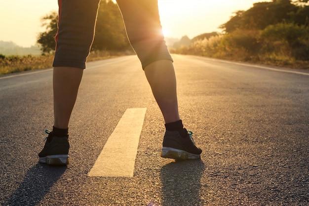 Femme prête à courir dans la rue