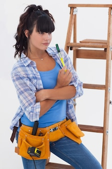Femme prête pour l'amélioration de l'habitat