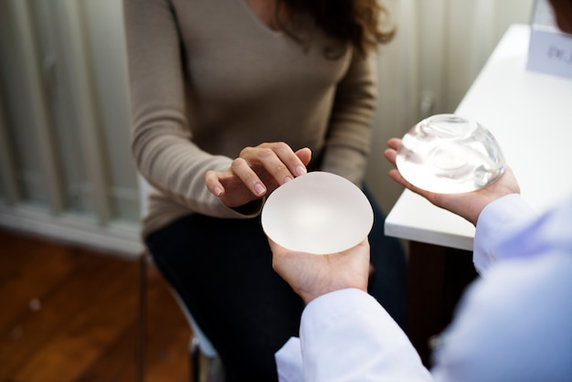 Femme prévoyant d'avoir un implant mammaire