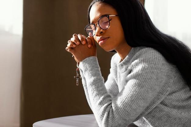 Femme priant pour ses proches
