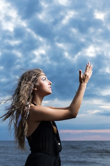 Femme priant vers le ciel
