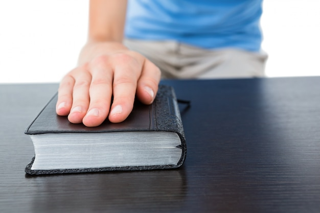 Femme en prière avec la bible