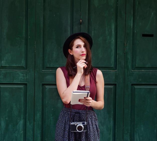 Femme, prise notes, dehors, ville, concept