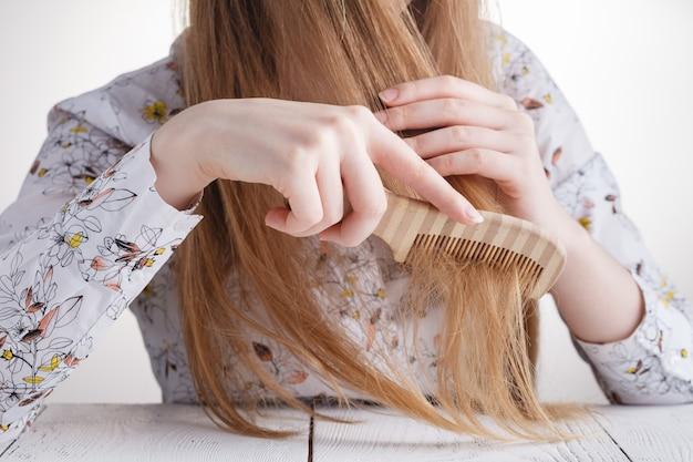 Femme, problèmes cheveux, perdu, cheveux, peigne