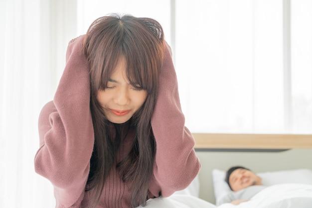 La femme a des problèmes avec le mari qui ronfle