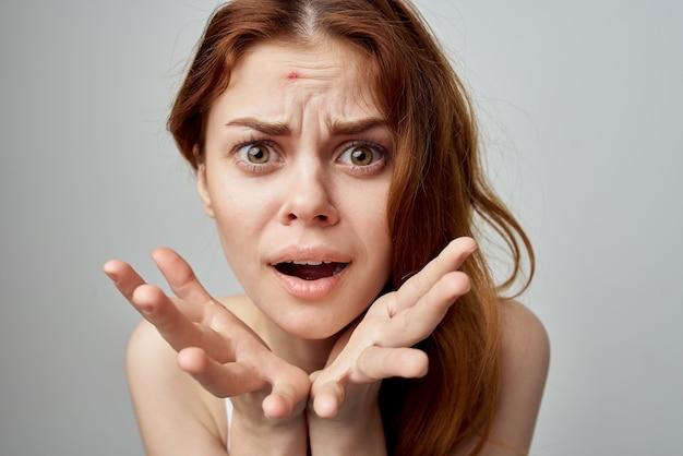 Femme avec des problèmes de peau pardonnés émotions mécontentement